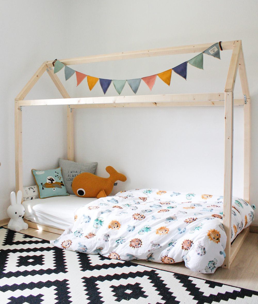 Een eigen bedhuisje maken is erg leuk en betaalbaar. Voor nog geen 50 euro maak je jouw eigen DIY bedhuisje. Met deze duidelijke uitleg, maak je een echte eyecatcher voor de kinderkamer.