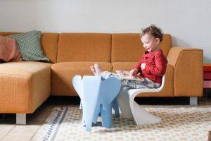 Felix met de design kinderstoelen