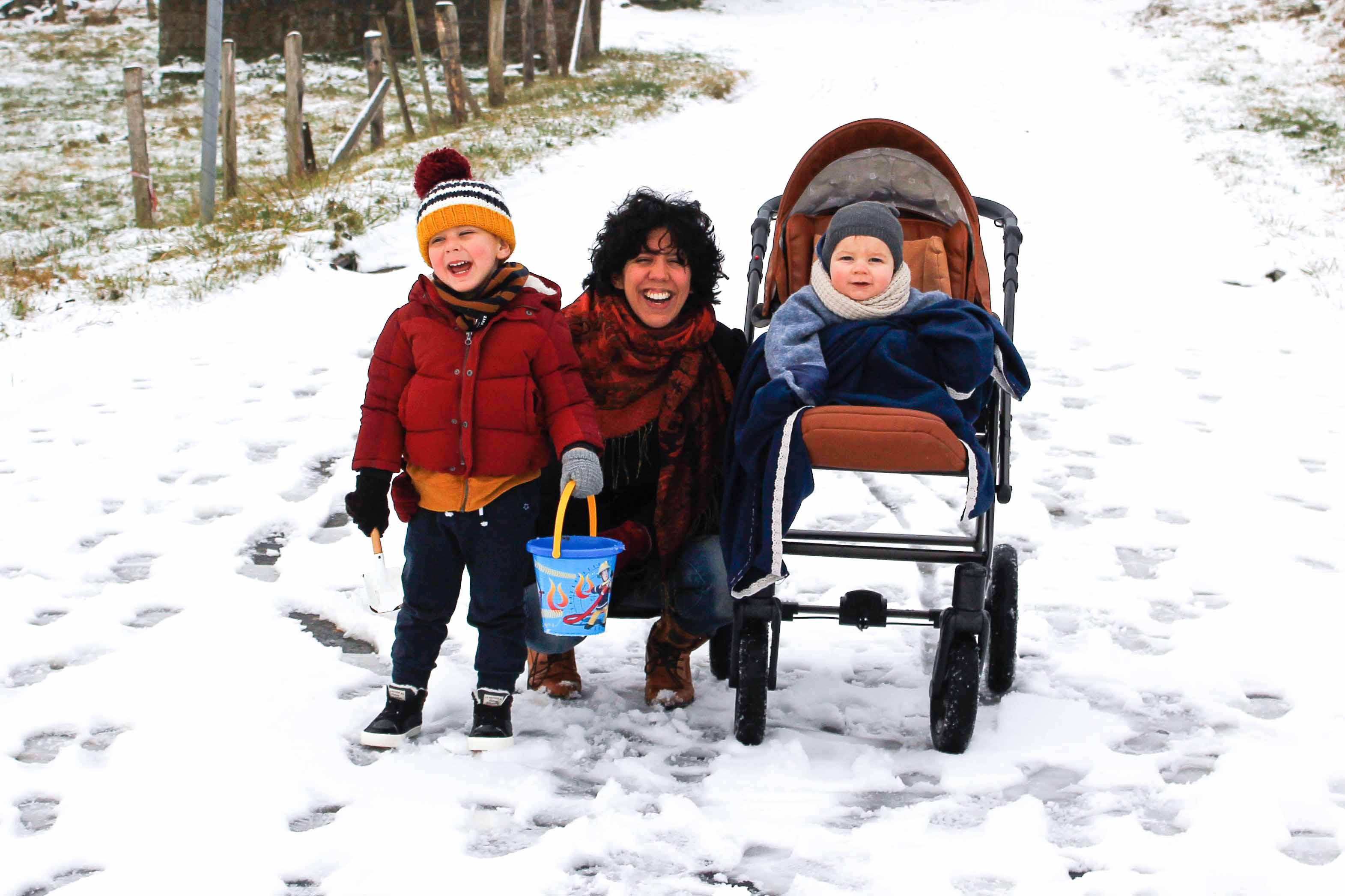 samen buiten in de sneeuw met de kinderen