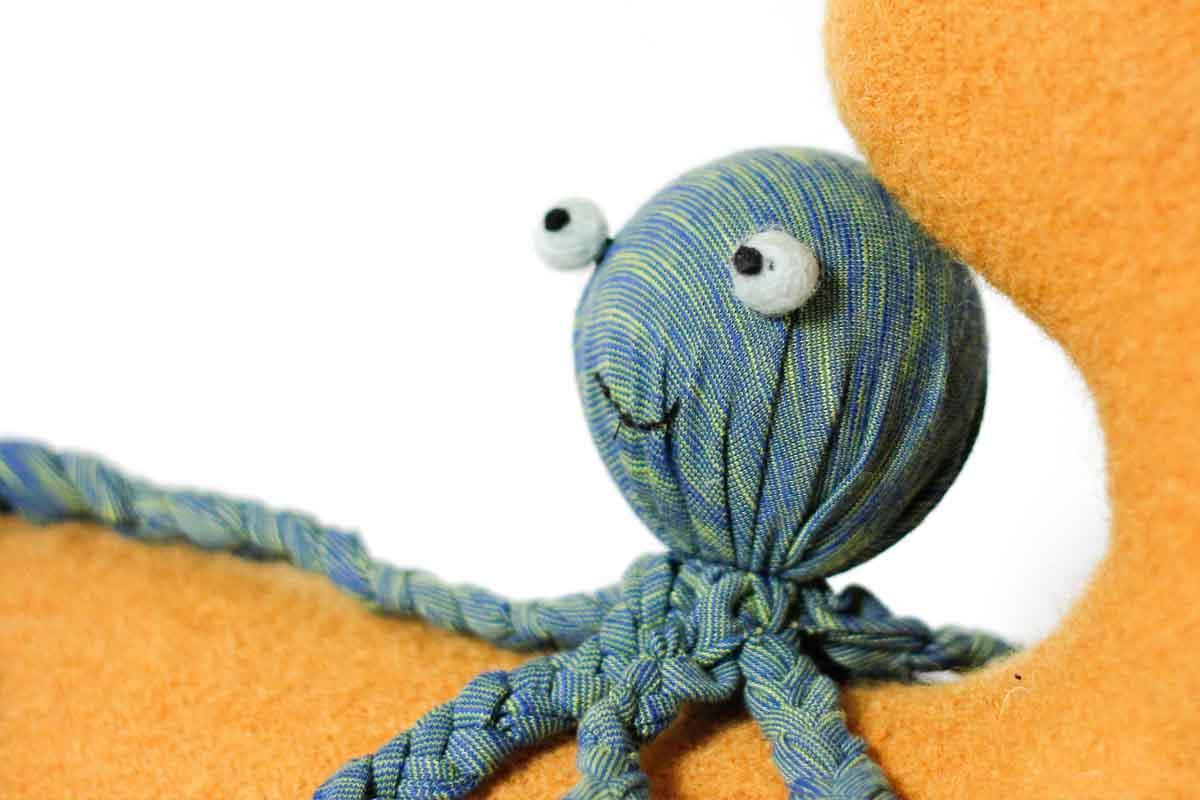 Super leuke en gemakkelijke DIY van een inktvis knuffel. Perfect om te knutselen en een leuke knuffel voor je zoon of dochter.