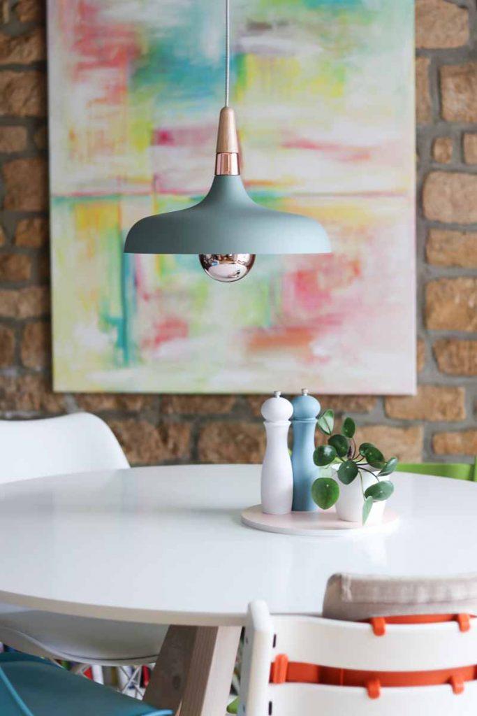 Scandinavische lamp boven eettafel
