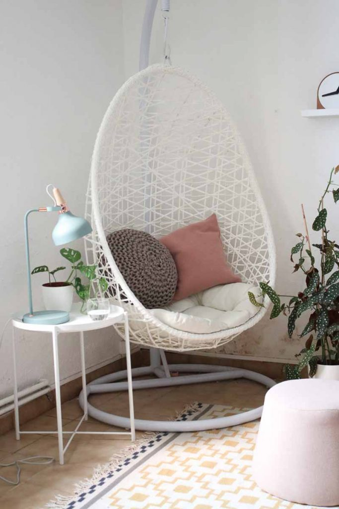 kleine scandinavische staanlamp bij hangstoel in woonkamer