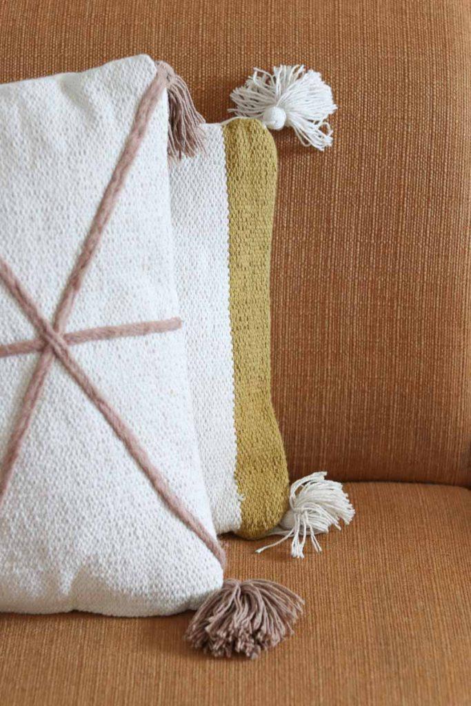 strakkere patronen op witte kussens op oker gele bank