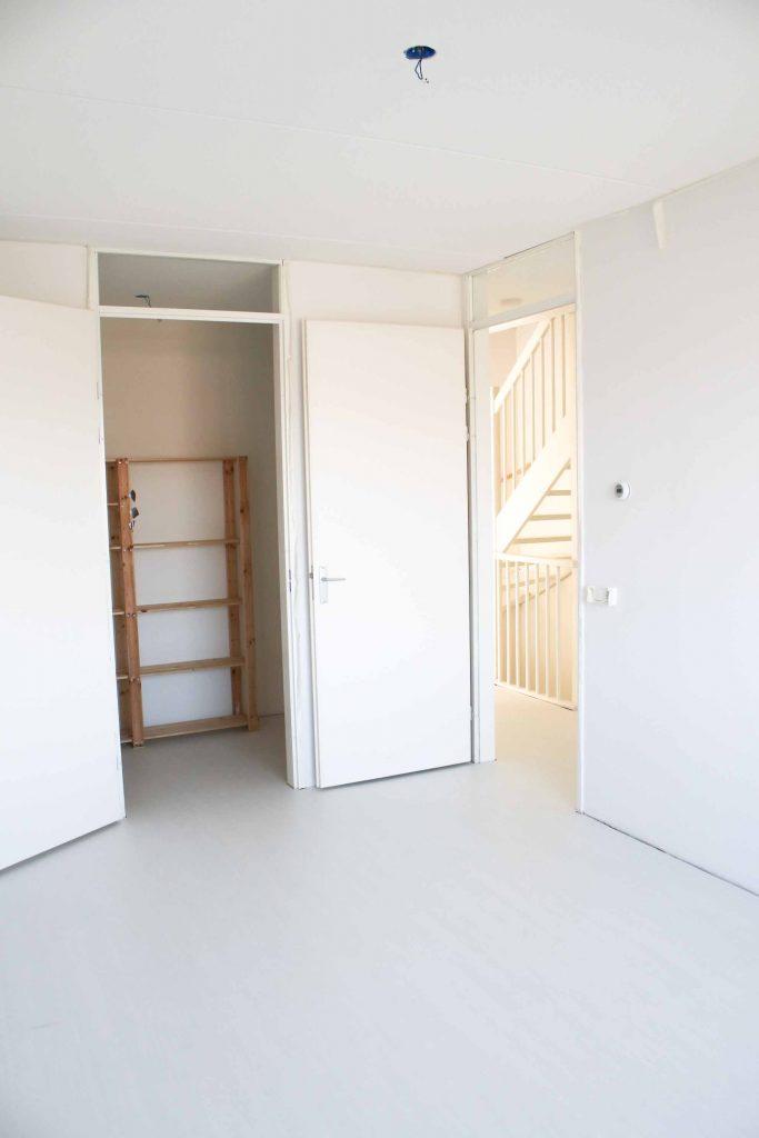slaapkamer met witte doorlopende laminaat vloer