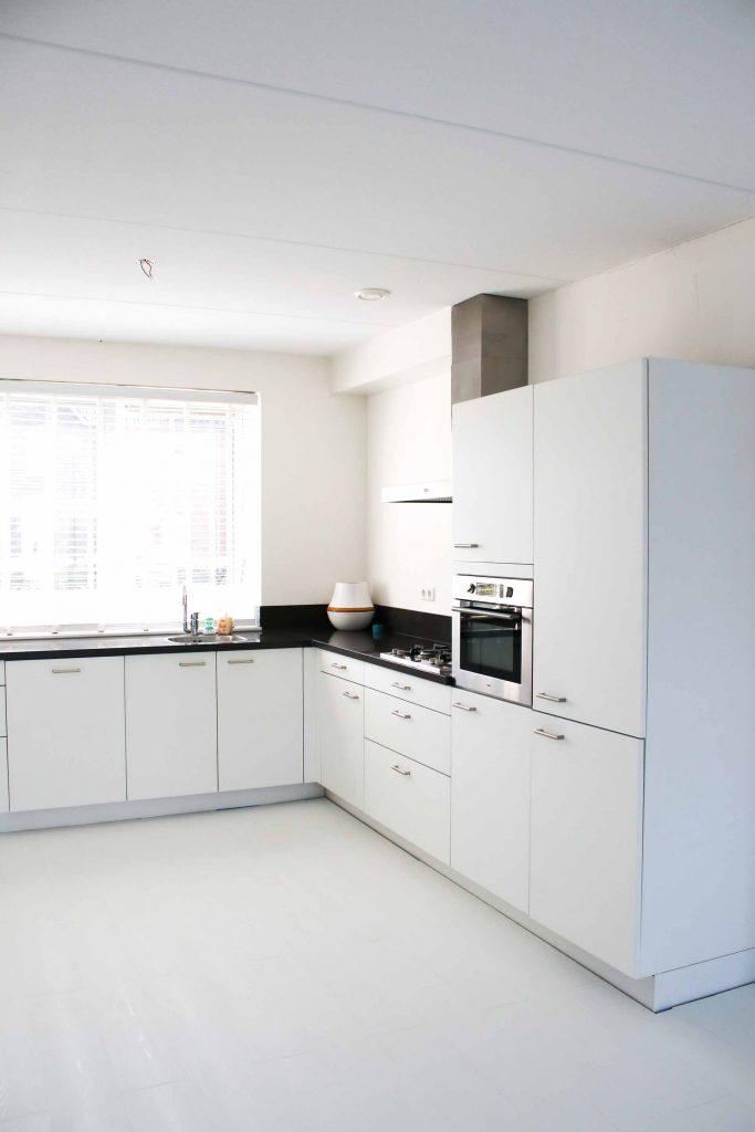 Witte keuken en witte vloer