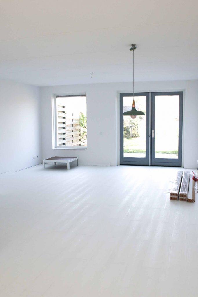 witte vloer woonkamer nieuwbouwhuis