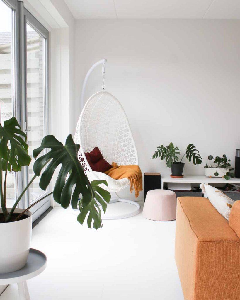 Scandinavische woonkamer met hangstoel