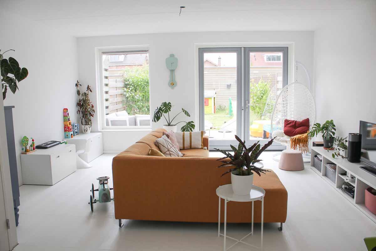 Scandinavische woonkamer met oker gele bank
