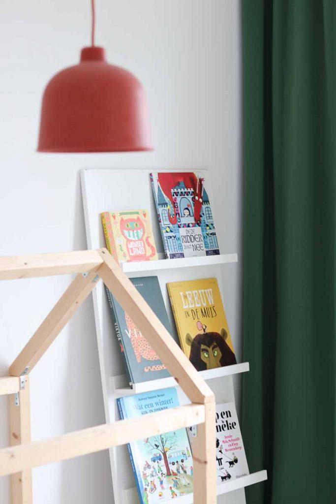 DIY boekenkast kinderkamer met rode lamp