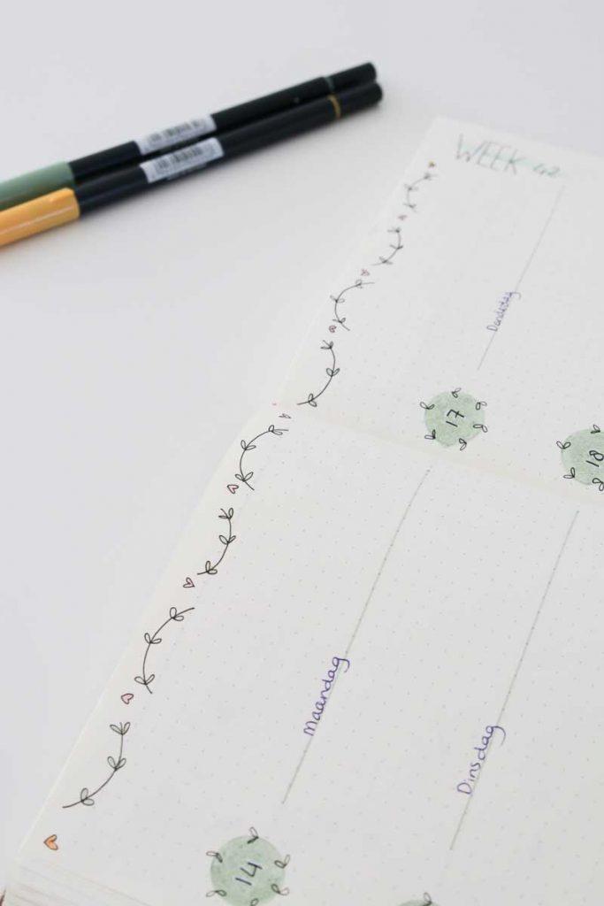 Bullet journal spread inspiratie bladeren en hartjes