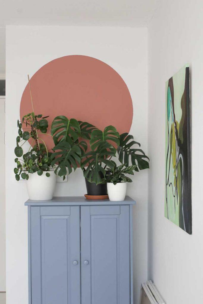 Cirkel op de muur in woonkamer schilderen