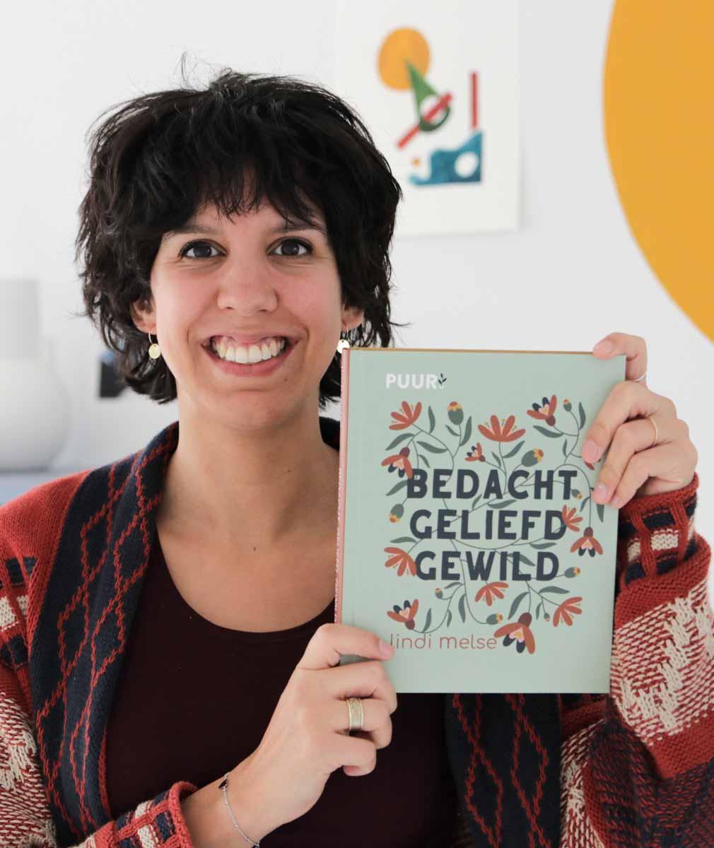 Lindi Melse met haar nieuwe Bijbels dagboek: Bedacht, geliefd, gewild