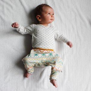 Lachende baby in Egypt kleding