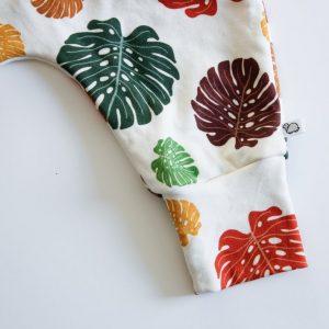 Pijp van babybroekje in kleurrijke bladeren
