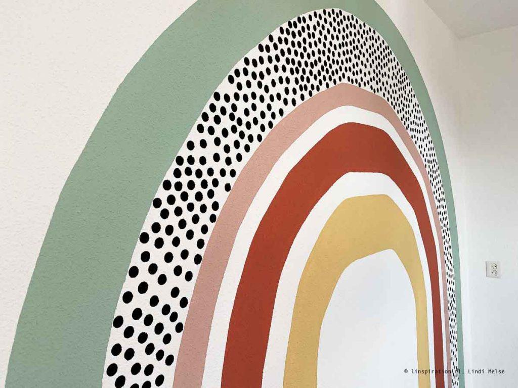 Regenboog schilderen op muur