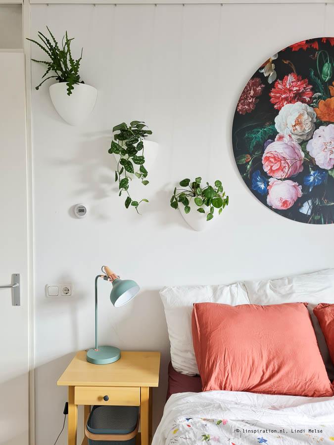 Botaniq hangbloempot in de slaapkamer